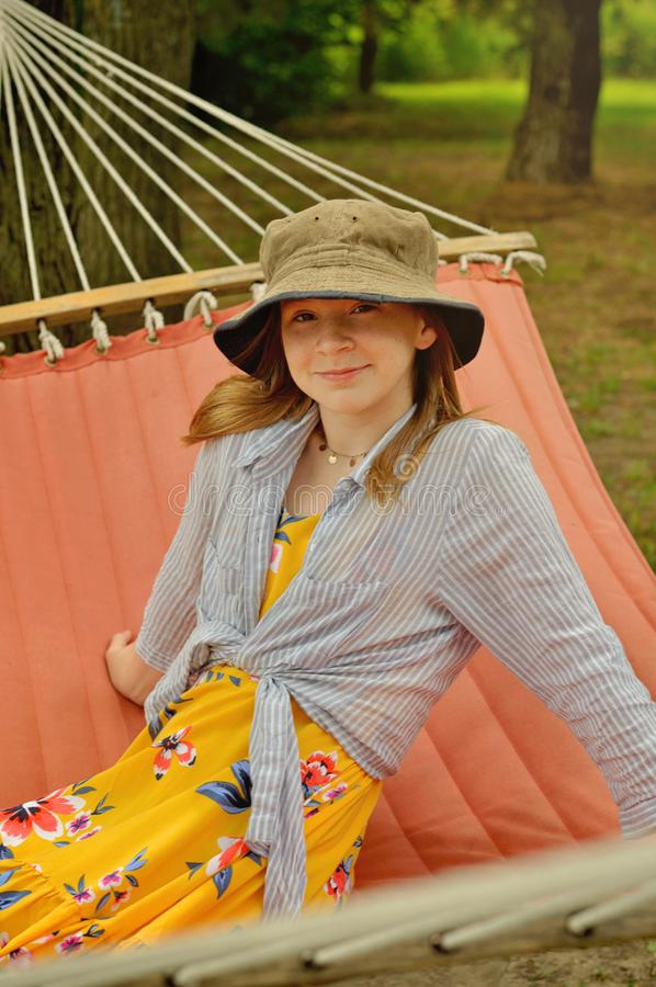 Muchacha con el sombrero del verano en hamaca fotos de archivo libres de regalías