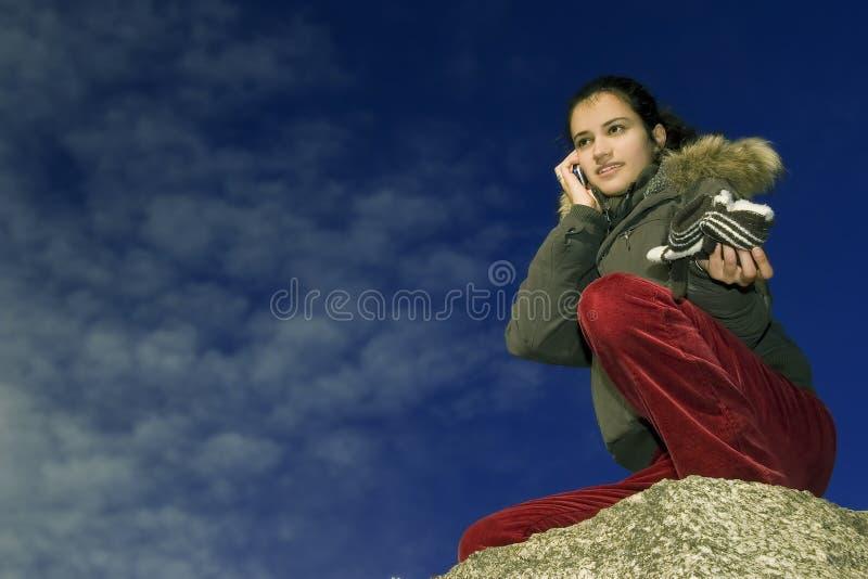 Muchacha con el teléfono móvil fotografía de archivo