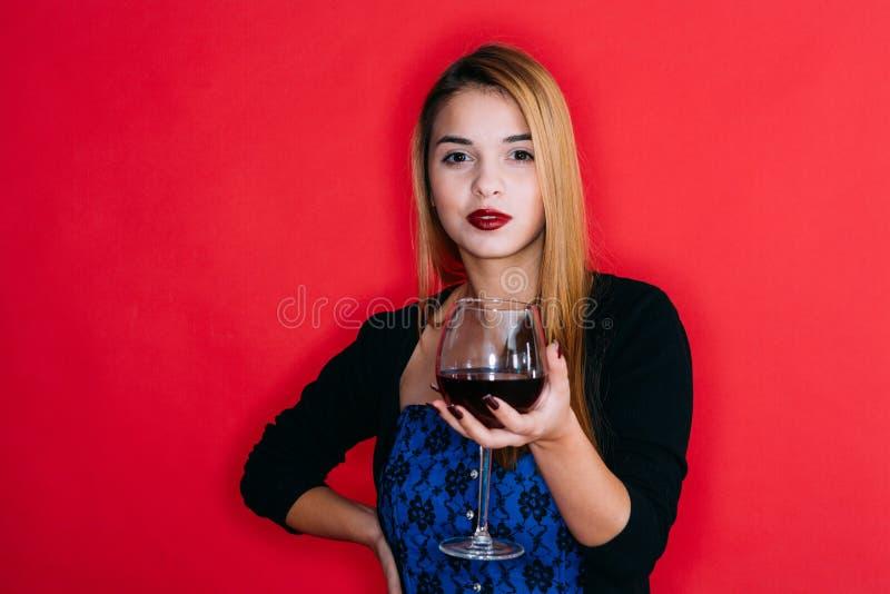 Muchacha con el vidrio de vino rojo fotos de archivo