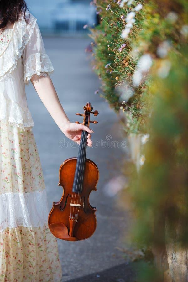 Muchacha con el violín al aire libre imagen de archivo
