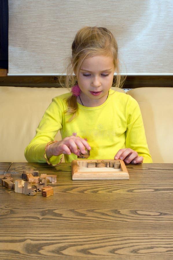 Muchacha con enigma. foto de archivo libre de regalías