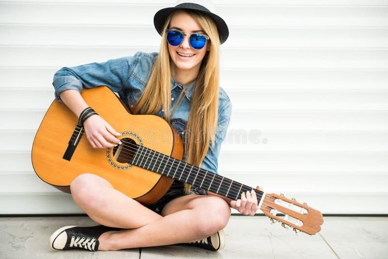 Muchacha con gitar fotografía de archivo libre de regalías