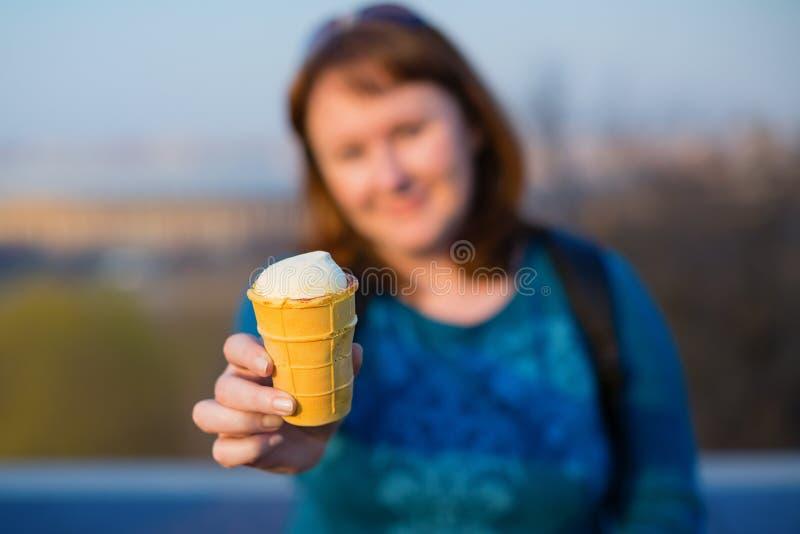 Muchacha con helado ruso tradicional imagen de archivo libre de regalías