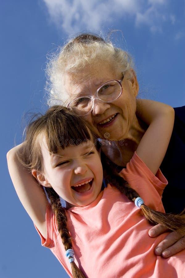 Muchacha con la abuela imagen de archivo libre de regalías
