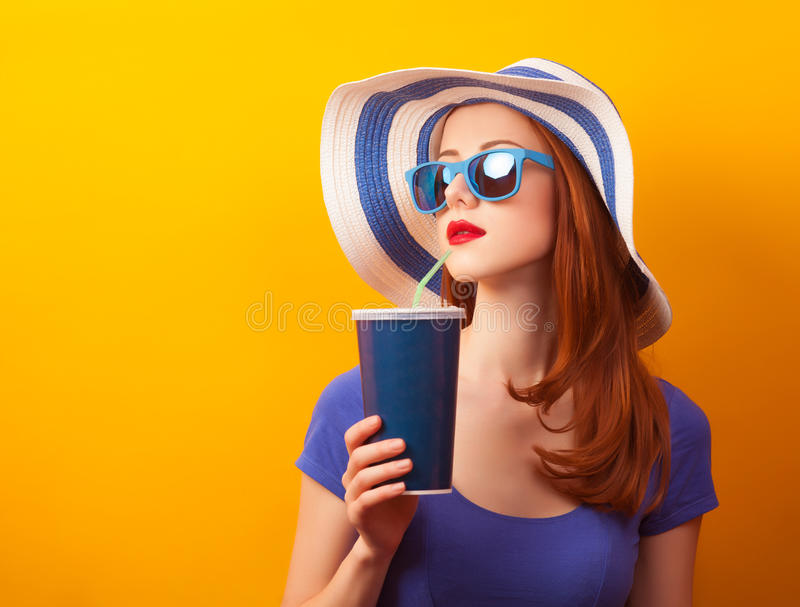 Muchacha con la bebida y las gafas de sol fotos de archivo