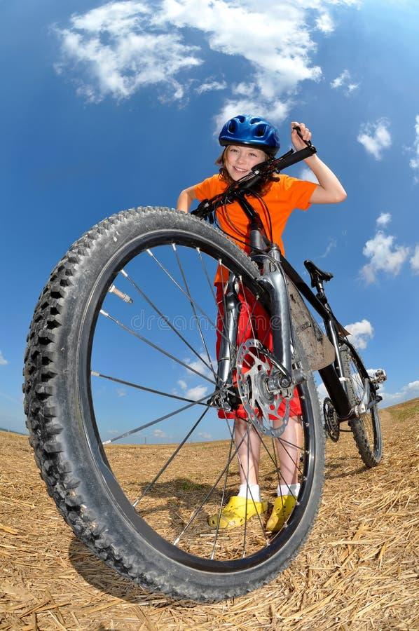 Muchacha con la bici foto de archivo libre de regalías