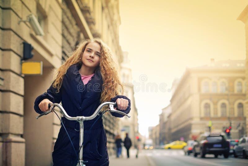 Muchacha con la bici imagen de archivo libre de regalías
