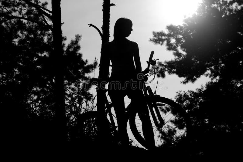 Muchacha con la bicicleta fotografía de archivo