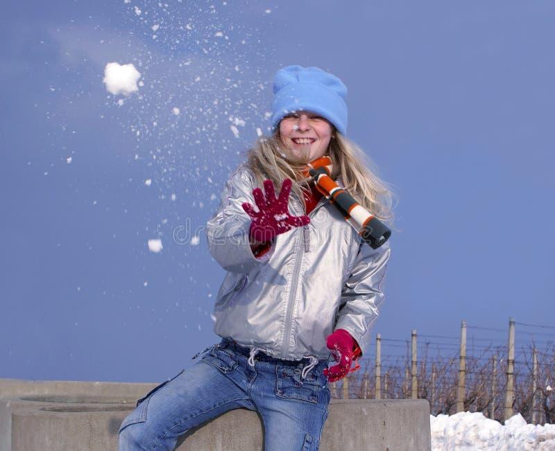 Muchacha con la bola de nieve foto de archivo libre de regalías