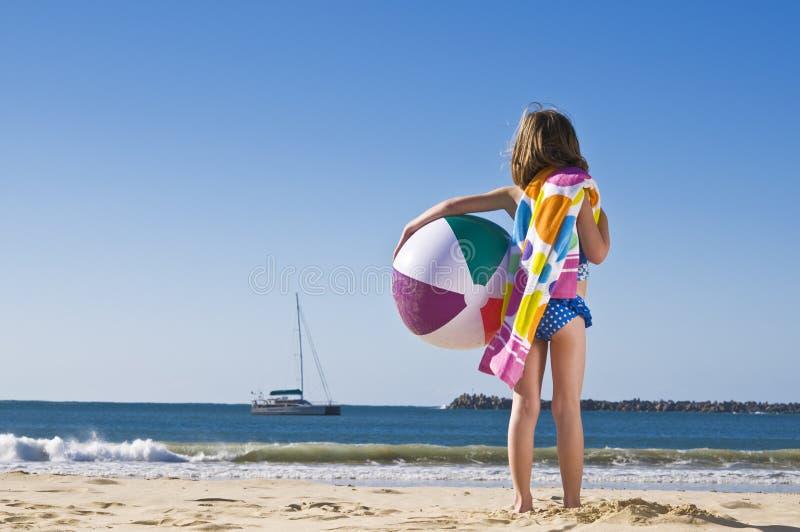 Muchacha con la bola de playa imagen de archivo