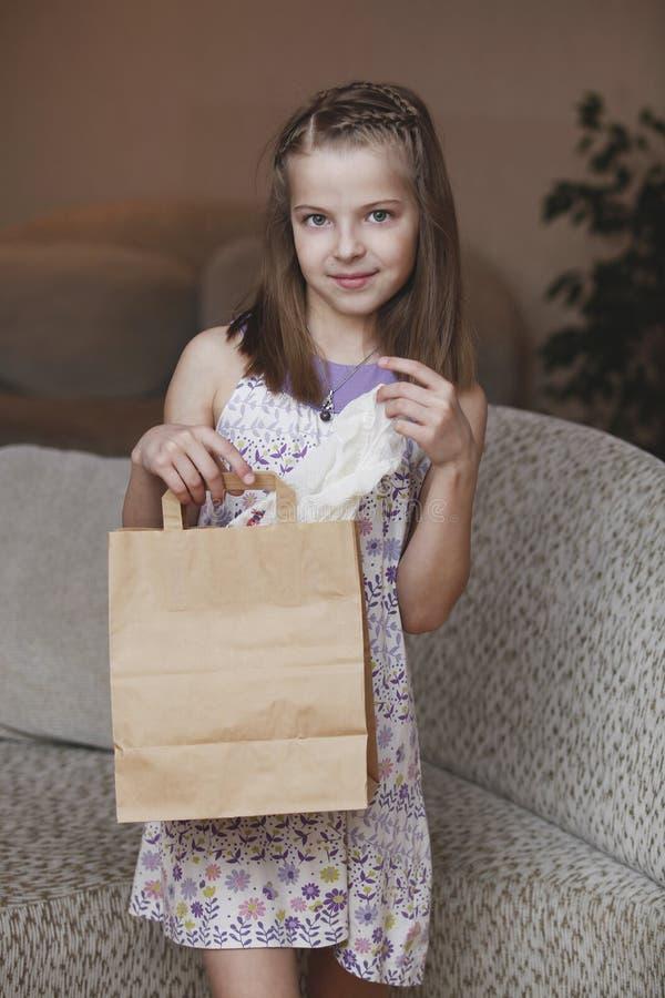Muchacha con la bolsa de papel fotos de archivo