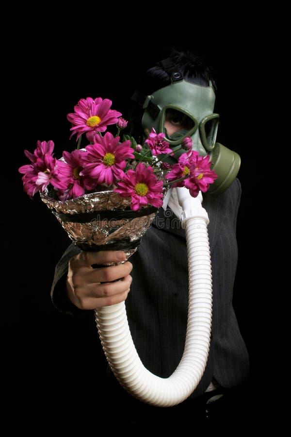 Muchacha con la careta antigás y las flores fotos de archivo