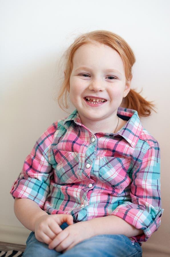 Muchacha con la carie dental foto de archivo
