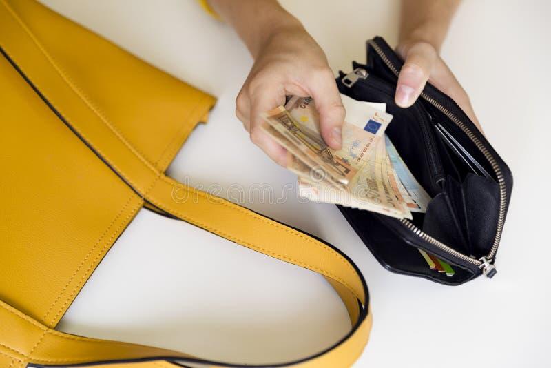 Muchacha con la cartera de cuero llena de dinero Cuentas euro europeas foto de archivo