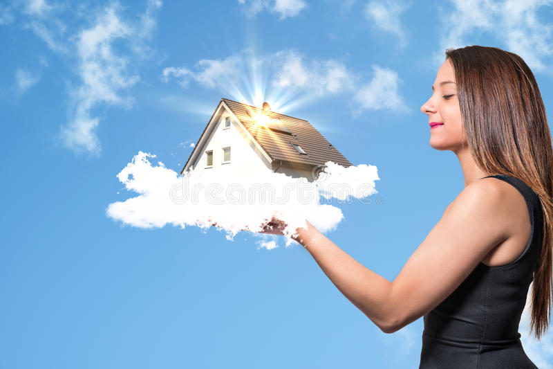 Muchacha con la casa ideal imagen de archivo libre de regalías