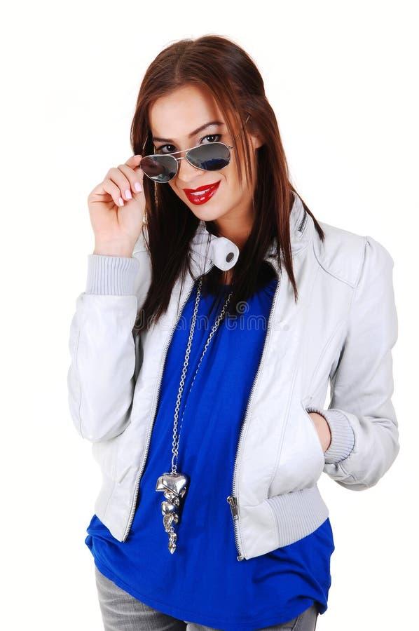 Muchacha con la chaqueta y las gafas de sol blancas. foto de archivo libre de regalías