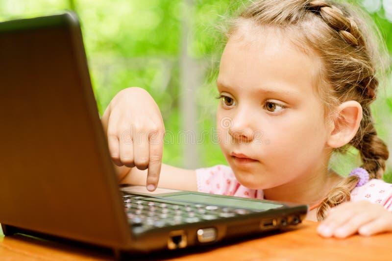 Download Muchacha Con La Computadora Portátil Imagen de archivo - Imagen de adorable, humano: 42427715