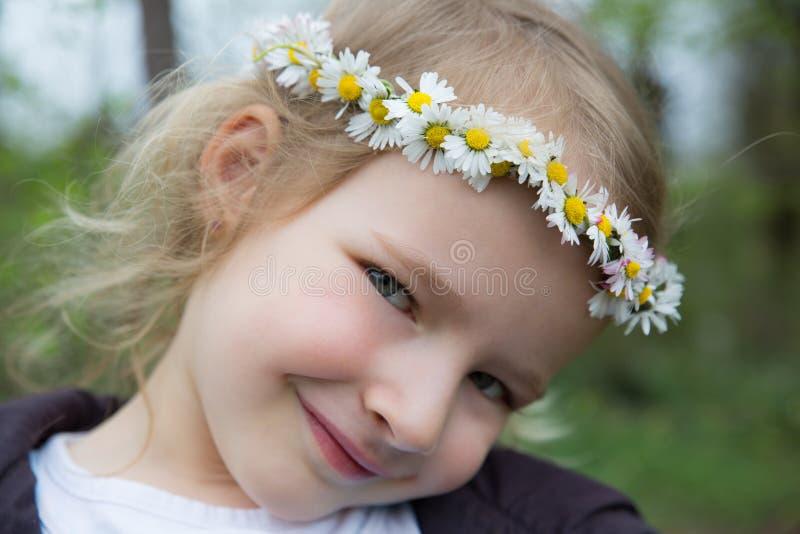 Muchacha con la corona de la margarita imagen de archivo libre de regalías