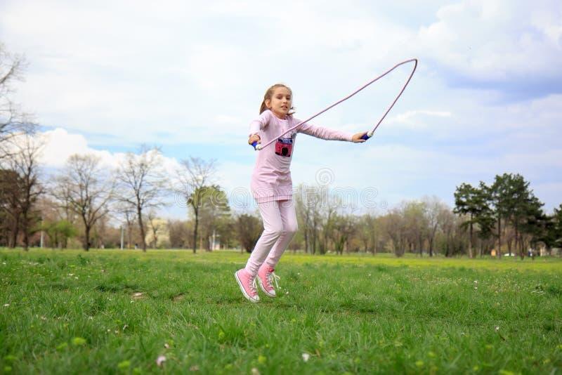 Muchacha con la cuerda que salta imagen de archivo libre de regalías