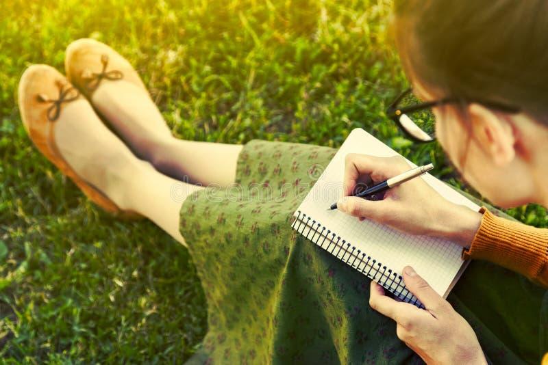 Muchacha con la escritura de la pluma foto de archivo