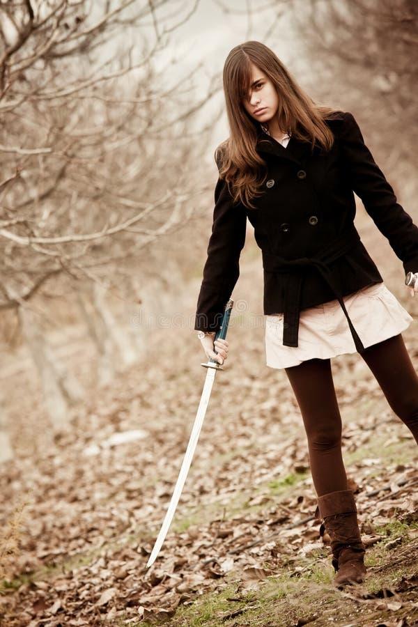 Muchacha con la espada foto de archivo