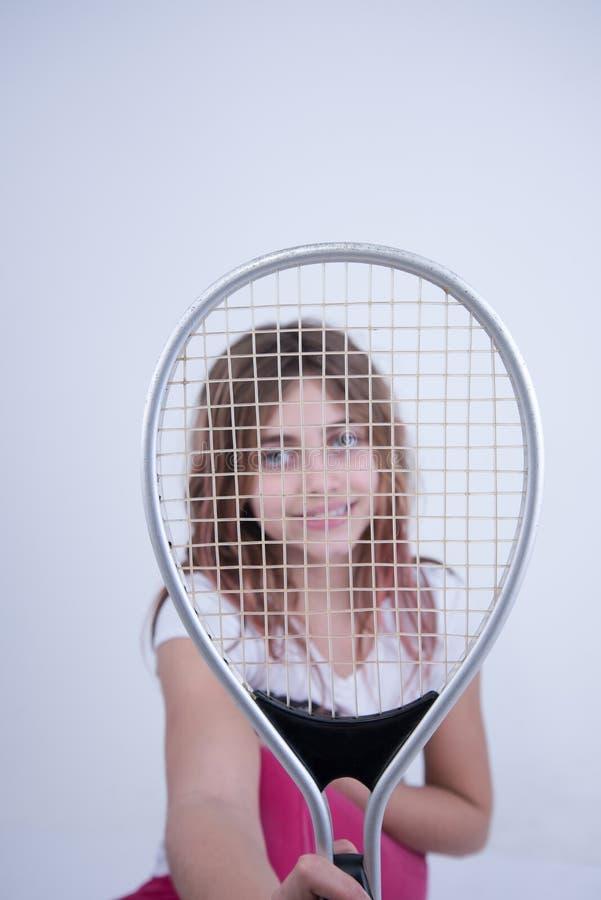 Muchacha con la estafa de tenis imagenes de archivo