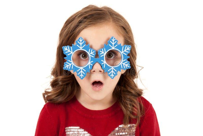 Muchacha con la expresión divertida en vidrios del muñeco de nieve fotos de archivo