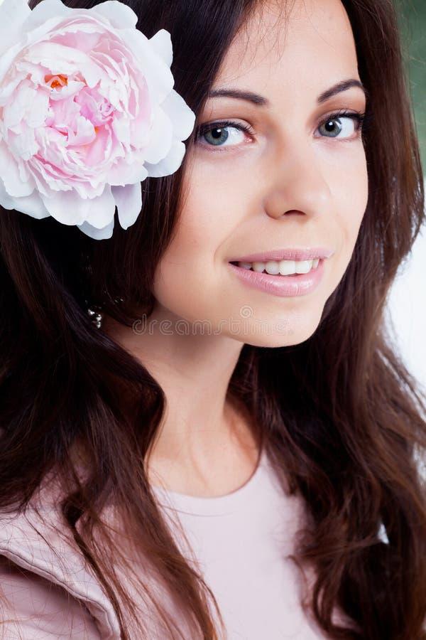 Muchacha con la flor de la peonía imagen de archivo libre de regalías