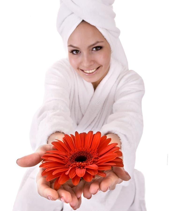 Muchacha con la flor roja y la toalla blanca en la pista. imagenes de archivo