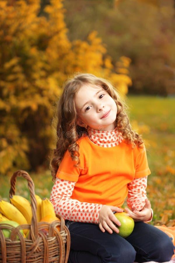 Muchacha con la fruta imágenes de archivo libres de regalías