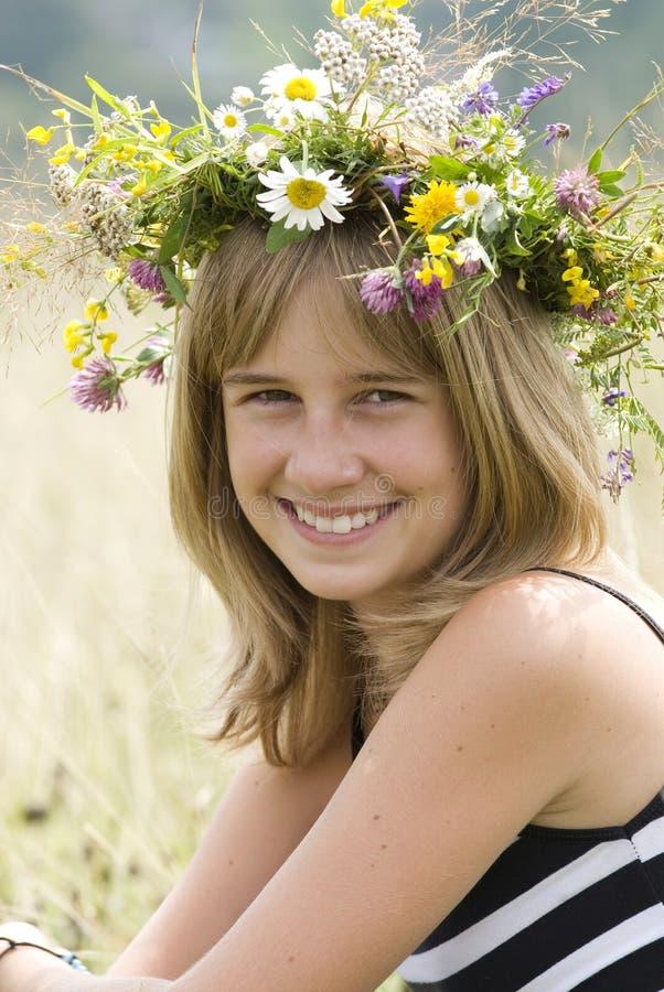Muchacha con la guirnalda de la flor foto de archivo