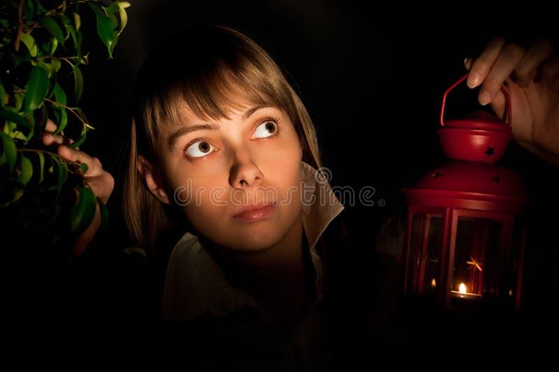 Muchacha con la linterna fotografía de archivo libre de regalías