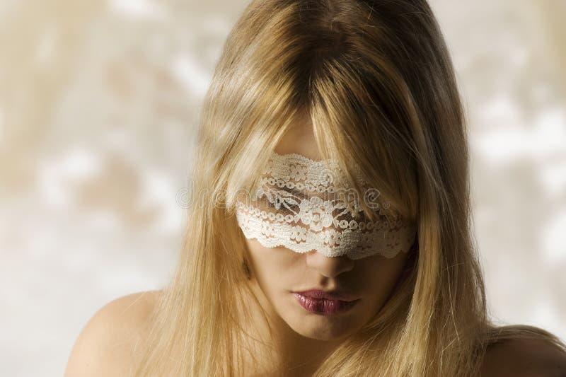 Muchacha con la máscara del cordón fotos de archivo libres de regalías