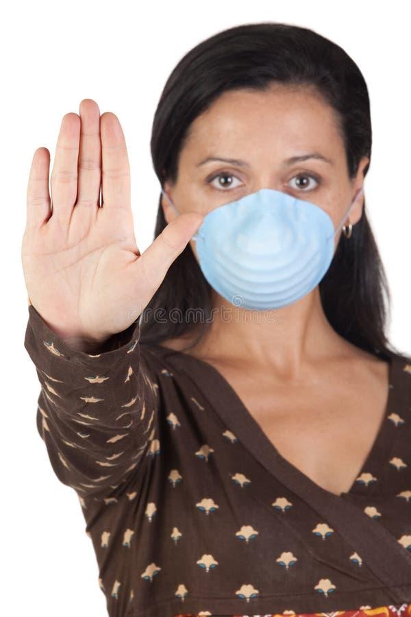 Muchacha con la máscara que para la gripe A fotografía de archivo