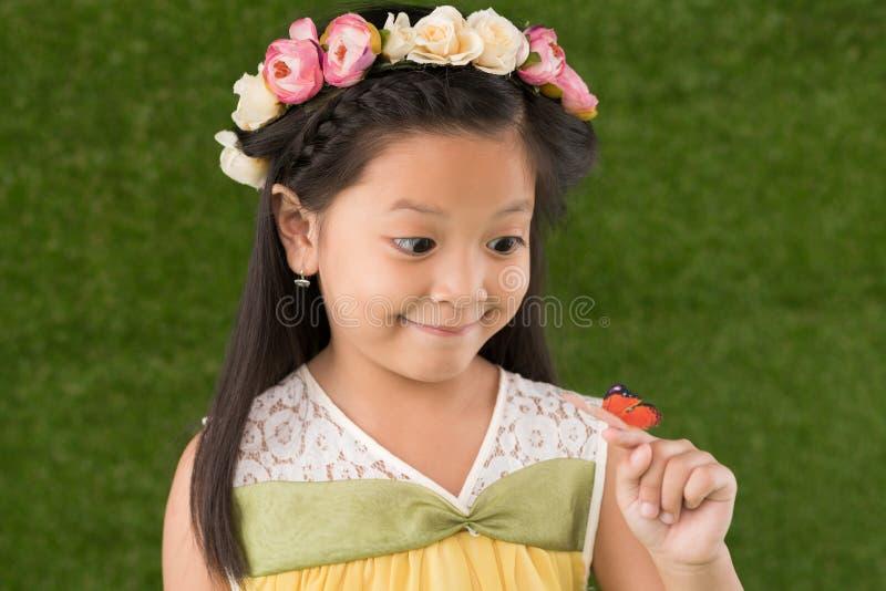 Muchacha con la mariposa foto de archivo