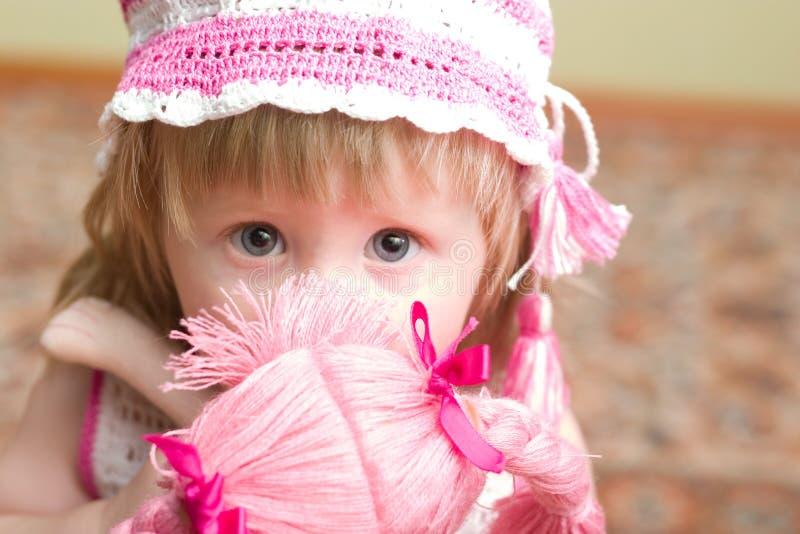 Muchacha con la muñeca imágenes de archivo libres de regalías