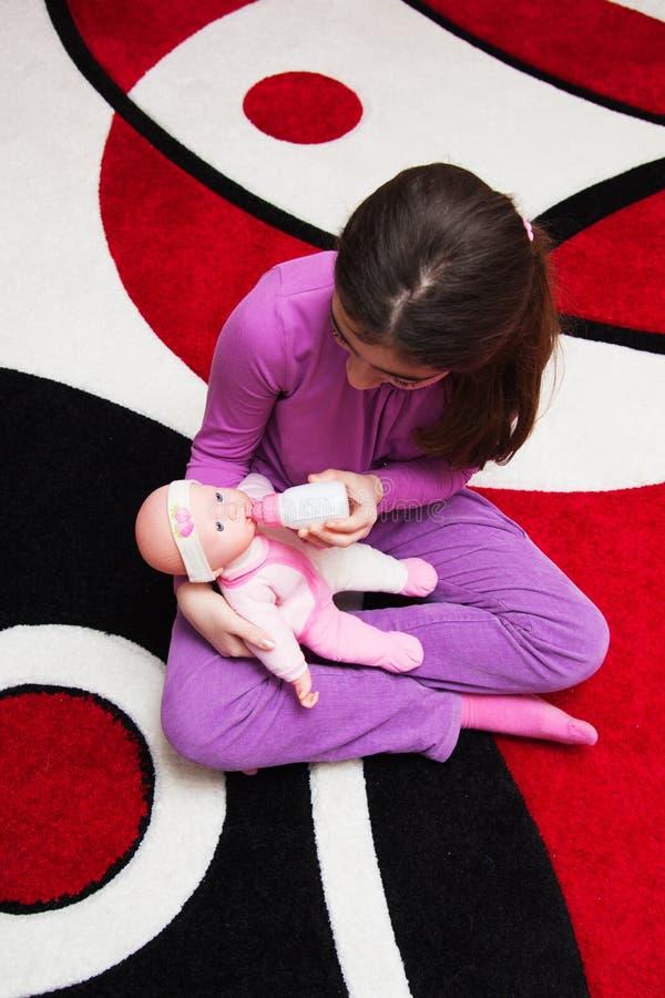Muchacha con la muñeca imagen de archivo