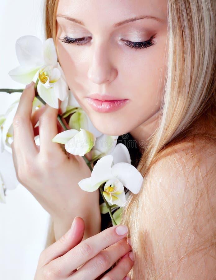 Muchacha con la orquídea imagen de archivo libre de regalías