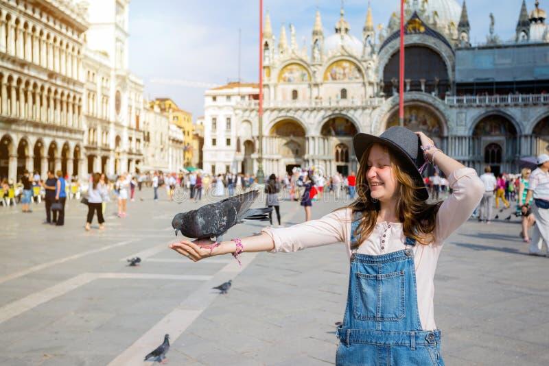 Muchacha con la paloma fotos de archivo