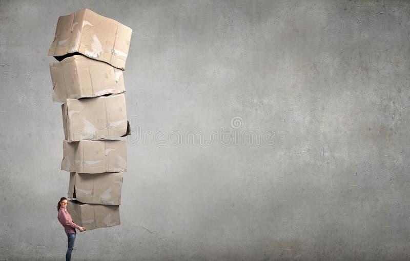 Muchacha con la pila de cajas imagen de archivo libre de regalías