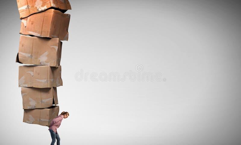 Muchacha con la pila de cajas foto de archivo