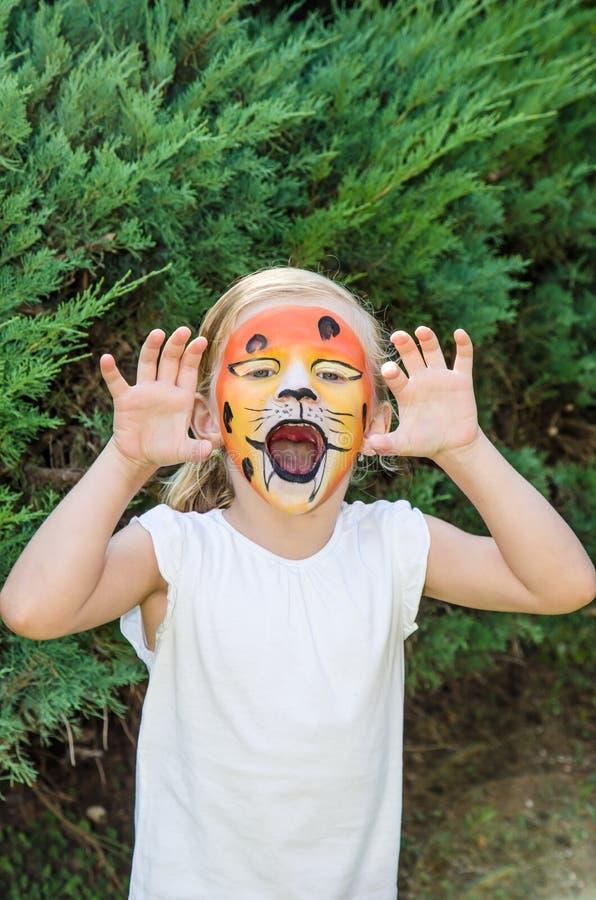 Muchacha con la pintura de la cara del tigre foto de archivo libre de regalías