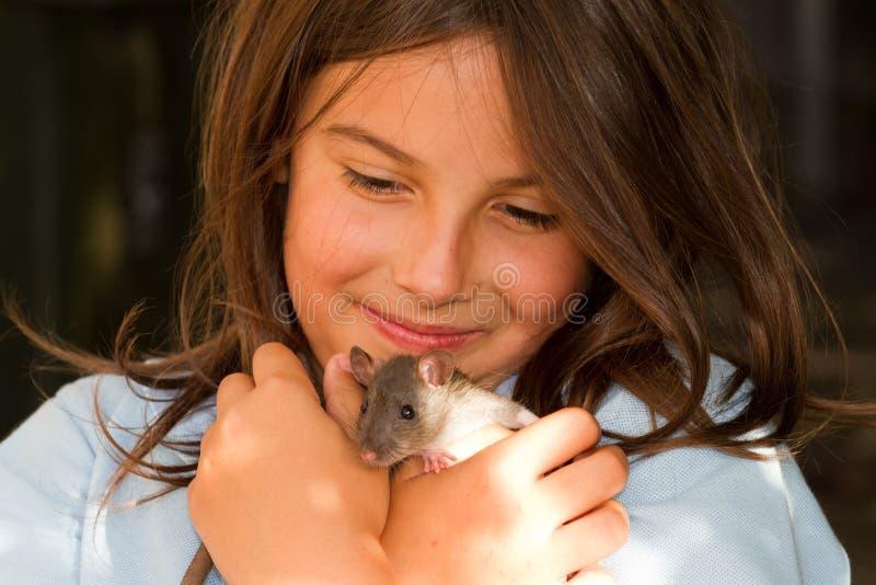 Muchacha con la rata del animal doméstico