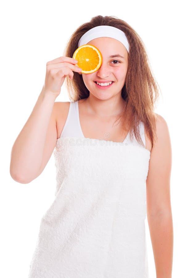 Muchacha con la rebanada anaranjada sobre su ojo foto de archivo libre de regalías