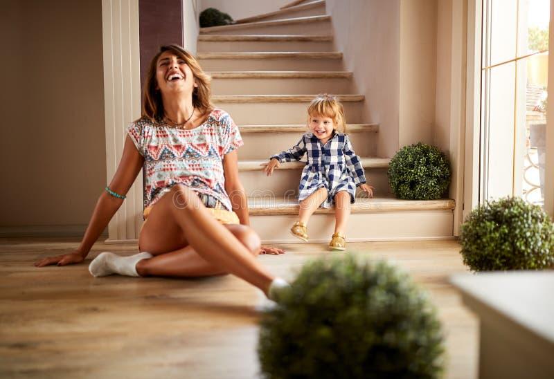 Muchacha con la sentada femenina en las escaleras fotografía de archivo libre de regalías