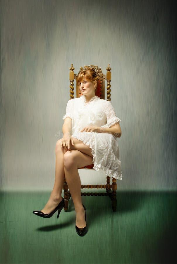 Muchacha con la sentada roja del pelo fotos de archivo libres de regalías