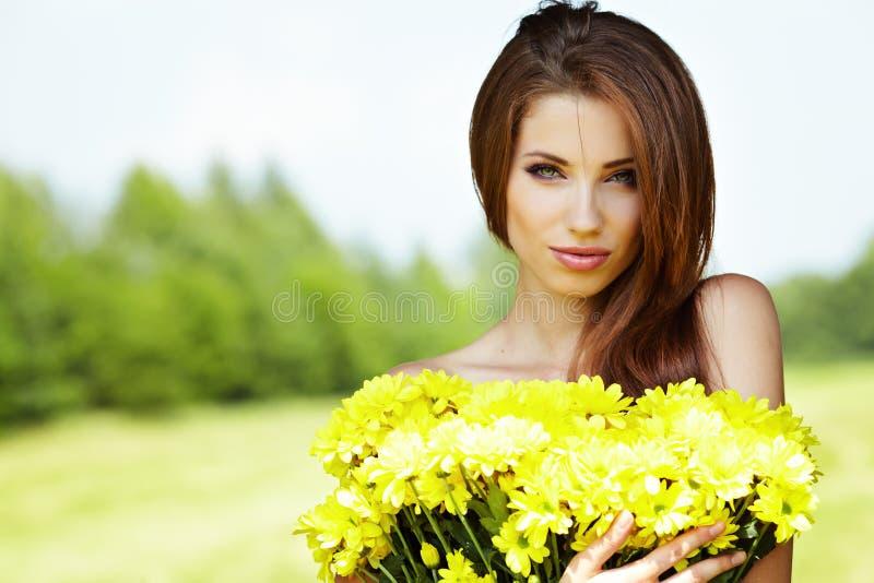muchacha con la sonrisa amarilla de las flores imágenes de archivo libres de regalías