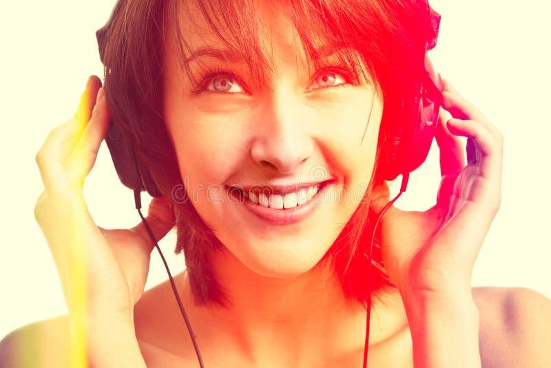 Muchacha con la sonrisa de los auriculares fotos de archivo