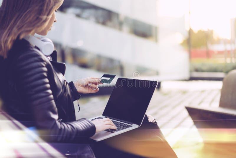 Muchacha con la tarjeta de crédito y el ordenador portátil fotos de archivo