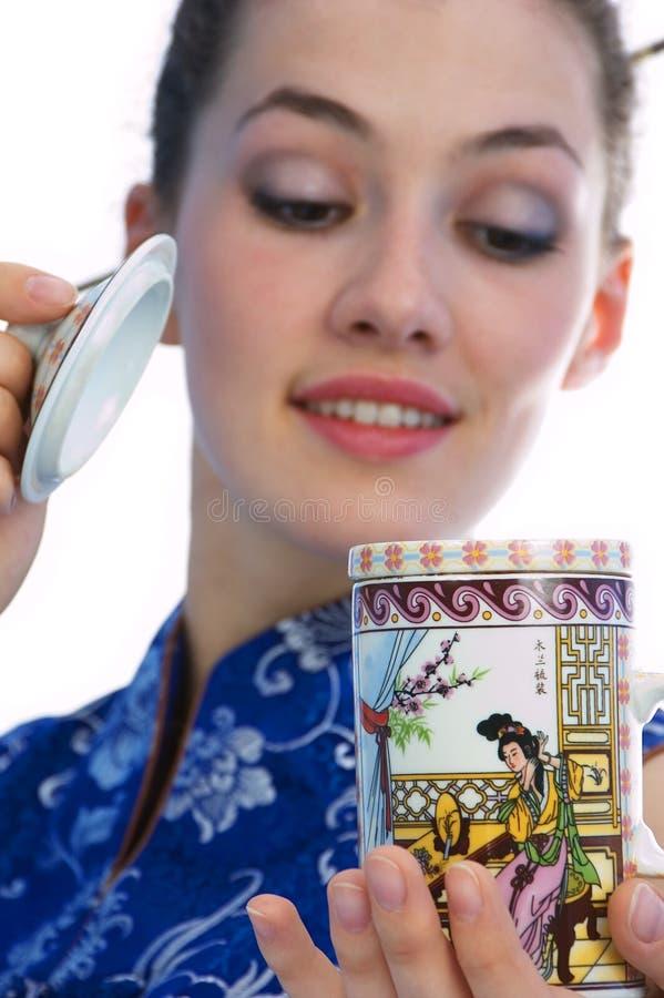 Muchacha con la taza imagen de archivo